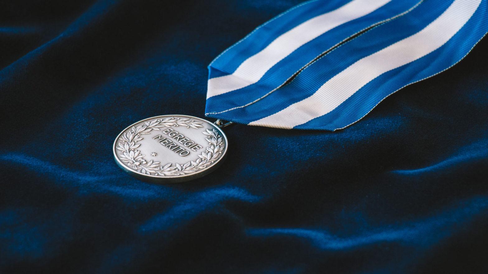 Die Medaille der Ehrensenatorinnen und Ehrensenatoren