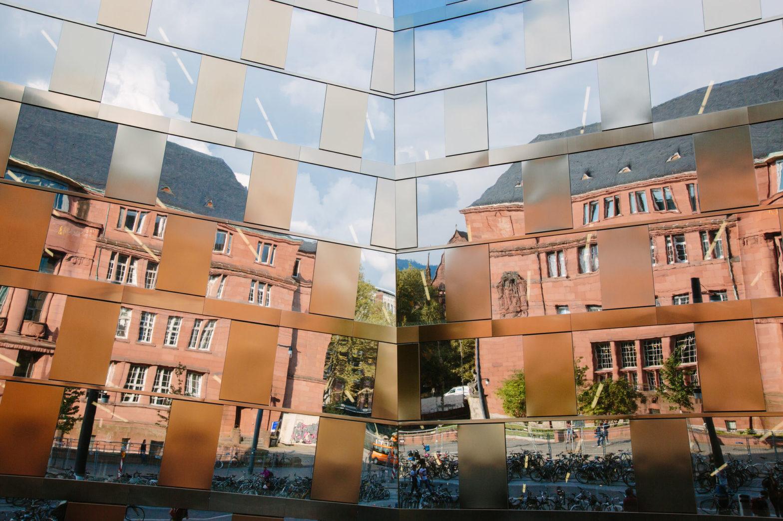 Das KG I spiegelt sich in der Fassade der UB