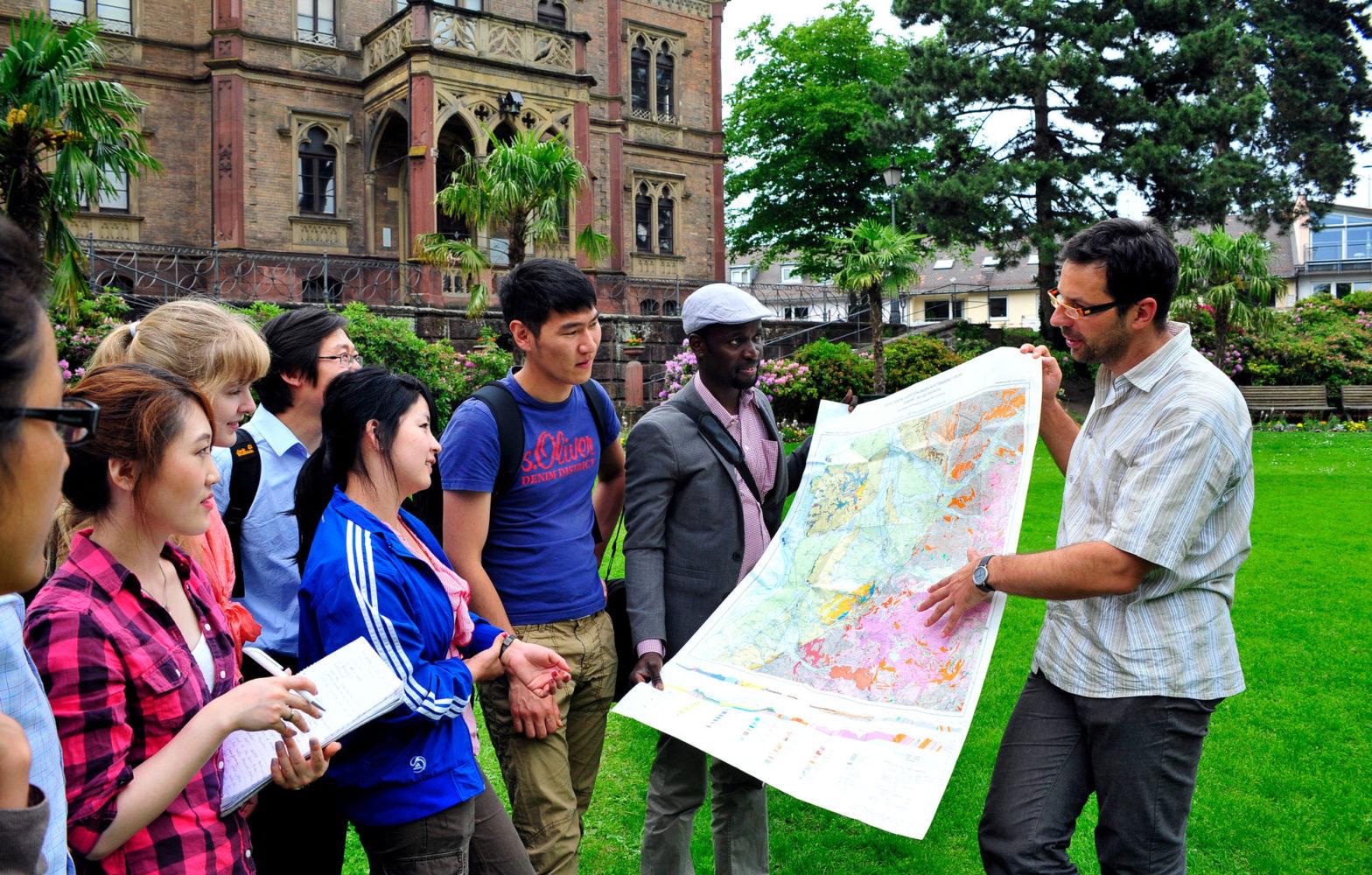 Internationale Studierende vor dem Kolombi-Schlössle