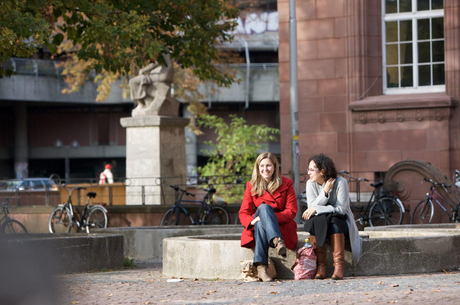 Zwei Studierende vor dem Kollegiengebäude I