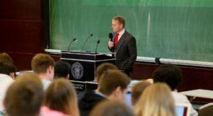 Studierende und Dozent im Hörsaal