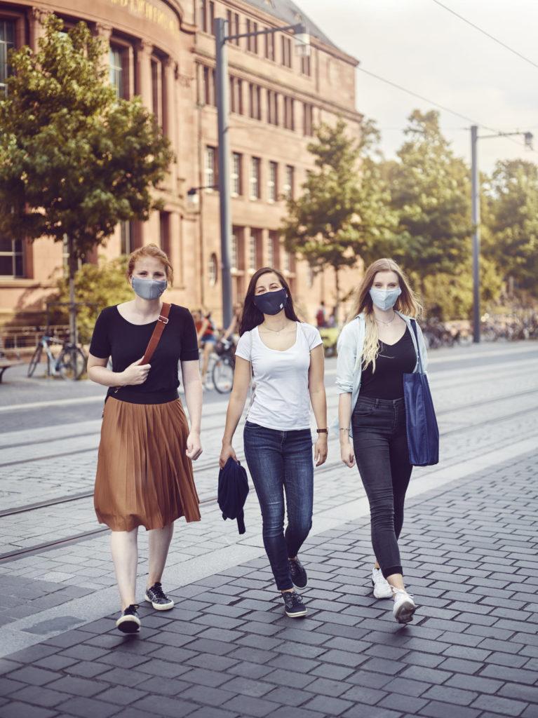 Studentinnen mit Maske